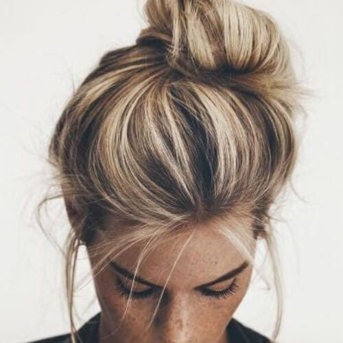 brown hair with blonde highlights messy bun